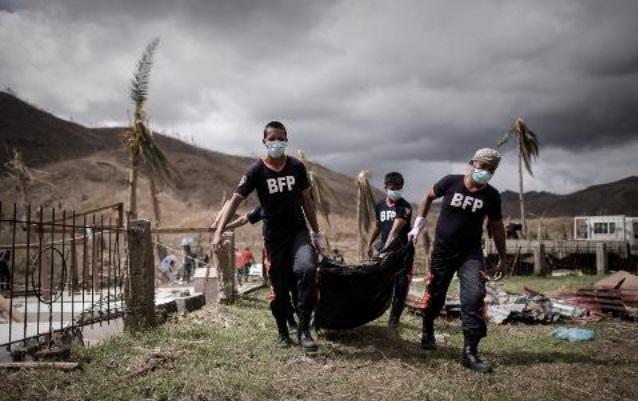 Des fosses communes pour des corps non identifiés aux Philippines
