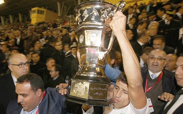 En recevant des mains de SAR le Prince Moulay Rachid sa première Coupe du Trône, le DHJ prive le Raja d'un huitième sacre