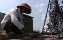 Les pêcheurs de Hong Kong rangent leurs filets