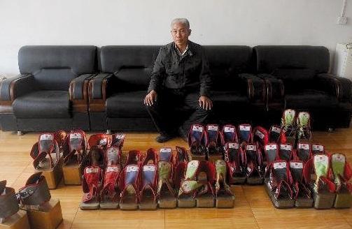 Un Chinois y va avec des pieds de plomb... mais un coeur léger