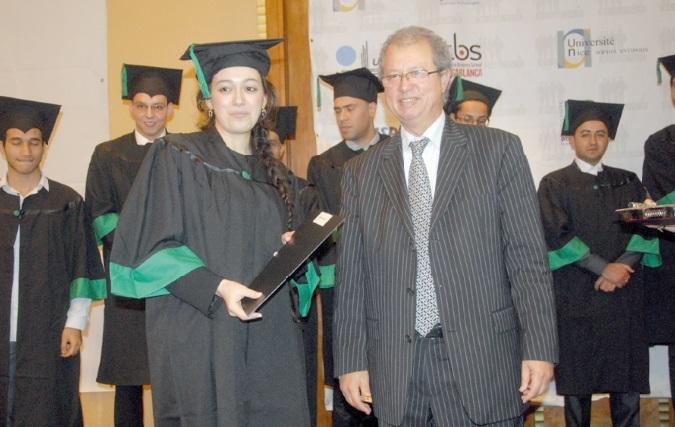 Le président   directeur général  de l'EMSI, Kamal Daissaoui,  en compagnie  de quelques lauréats.