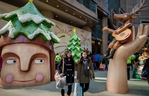 Débauche de décorations dans les centres commerciaux de Hong Kong