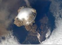 Une impressionnante éruption volcanique photographiée depuis l'espace