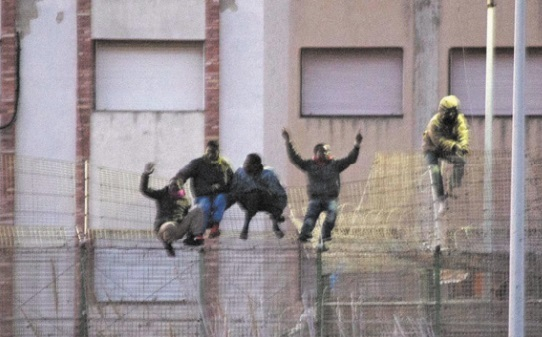 Plus de 200 migrants entrent de force à Mellilia