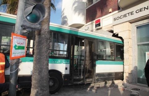 Un bus enfonce une agence bancaire à Casablanca