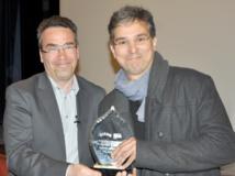 "Serge Bromberg, président du jury, attribue le ""Grand Prix du FICAM"" à Augusto Zanovello."