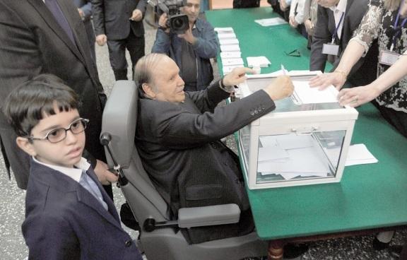 Bouteflika vote en fauteuil roulant