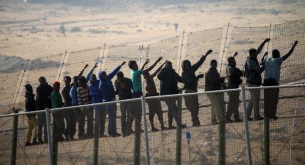 Des centaines de migrants forcent l'entrée de Mellilia