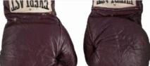 """Les gants de boxe de Mohamed Ali lors du """"Combat du Siècle"""" aux enchères"""