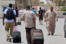 Libyens et ressortissants étrangers fuient en masse le pays