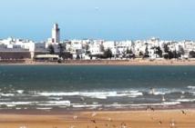 De jeunes volontaires marchent à Essaouira pour l'enfance et l'avenir