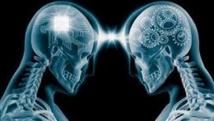 Un cerveau humain qui en contrôle un autre