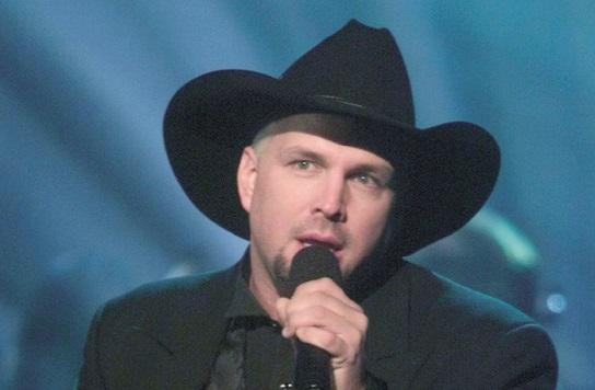 Garth Brooks devient le chanteur qui a vendu le plus d'albums aux Etats-Unis