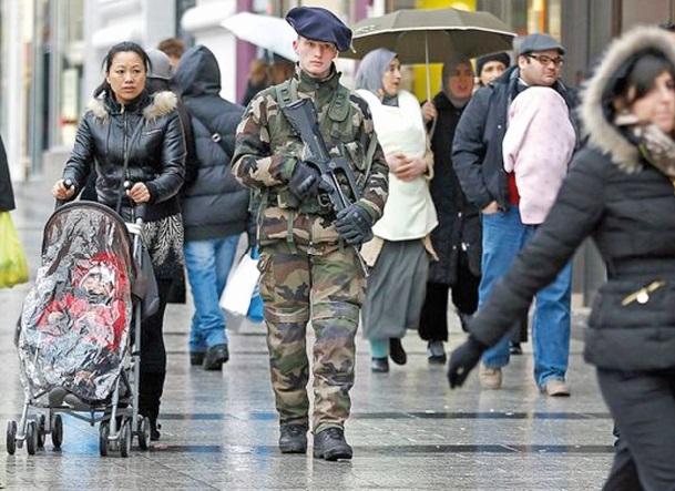Recul des régularisations d'étrangers en France
