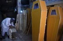 Au Pakistan, les vendeurs de cercueils font des affaires en or
