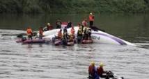 Un avion de TransAsia tombe dans une rivière à Taipei à Taïwan