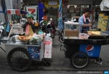 Chasse aux marchands ambulants sur les trottoirs de Bangkok