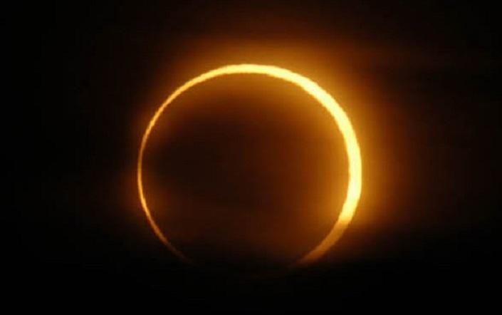 Entre l'éclipse solaire de vendredi et la grande marée de samedi, dame Lune assure le spectacle