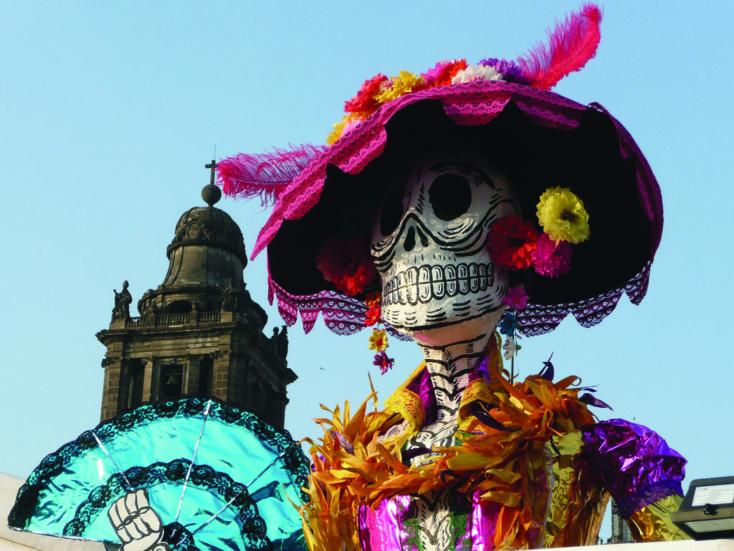 Les Latino-Américains célèbrent leurs défunts lors des festivités de la Dia de los Muertos. Les plus gros événements se déroulent au Mexique, où l'on se souvient des morts dans la joie plutôt que dans la tristesse.