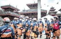 La police anti-émeute  intervient pour contenir  la colère des survivants au Népal