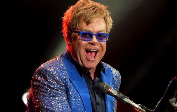 Elton John fait pleurer une hôtesse d'accueil et s'excuse en plein concert