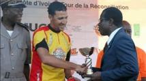 Remise du Trophée du Tour de la Côte d'Ivoire cyclisme à Mouhssine Lahssaïni