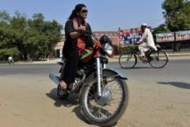 Au Pakistan, une nouvelle génération de conductrices en deux-roues et en camion