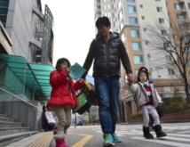 Des pères osent l'impensable en Corée du Sud: rester au foyer