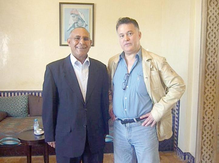 Mustapha Jmahri au côté de l'écrivain marocain Fouad Laroui