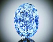 Un rare diamant bleu pourrait battre  des records aux enchères à Hong Kong