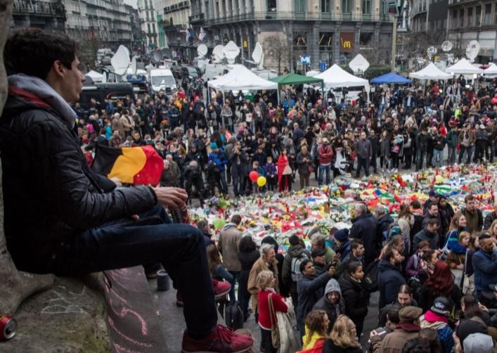 Un mois après les attentats, la Belgique entre enquêtes et recueillement