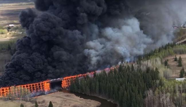Une ville de 100.000 habitants au Canada évacuée en raison d'un gigantesque feu de forêt