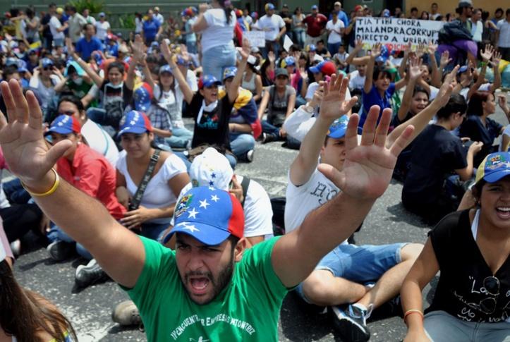 """Le Parlement vénézuélien examine """"l'état d'exception"""" sur fond de tensions grandissantes"""