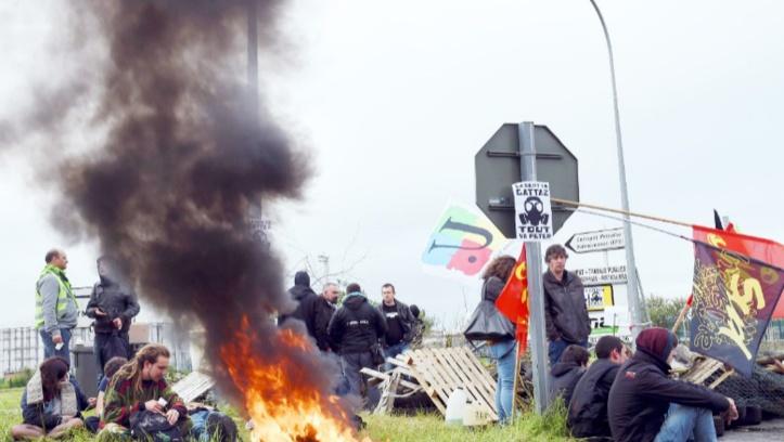 Le robinet des carburants, nouvelle arme de la fronde sociale en France
