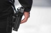 Un policier fait usage de son arme de service pour arrêter trois membres d'un réseau de trafic de drogue
