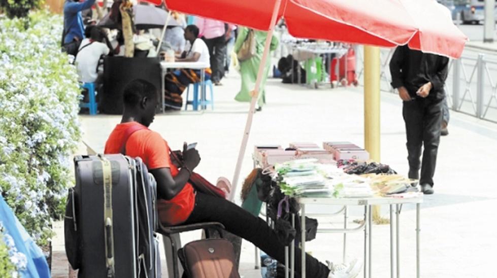 """Ces """"Ferrachas"""" et commerçants subsahariens qui transforment les chaussées en véritable souk"""