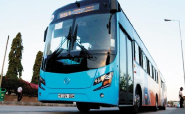 Bus bleu contre dala dala, ou comment vaincre les bouchons africains