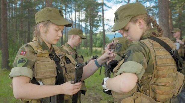 Du char au dortoir, les femmes à l'assaut de l'armée en Norvège