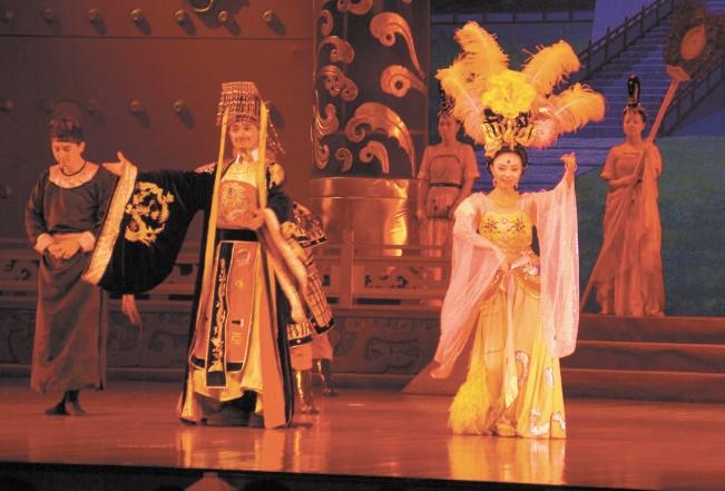 La troupe de Shanghai de chant et de danse émerveille le public gadiri