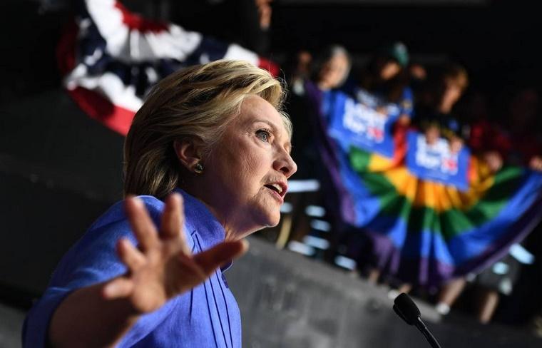 Clinton cherche à dépasser le choc de la relance de l'affaire de ses emails