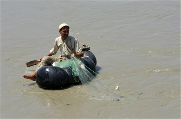"""Cruelle et risquée, la pêche """"au générateur"""" fait des ravages au Pakistan"""