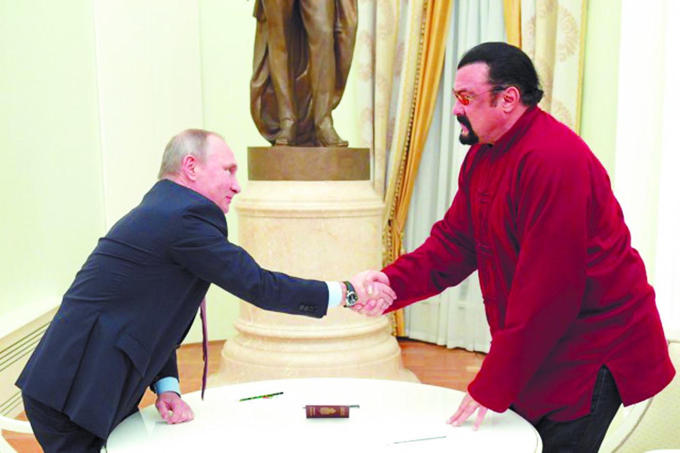 Poutine remet un passeport russe à l'Américain  Steven Seagal