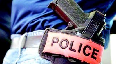 L'usage des armes de service mis à la disposition des éléments de la police est défini par la loi