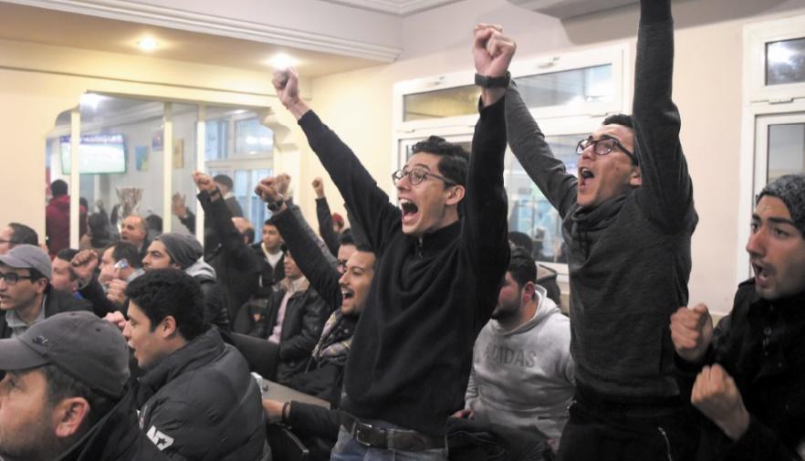 """One, two, three viva... Tunisie"": joie à Tunis, déception à Alger"