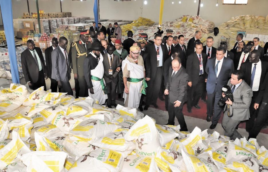 Don humanitaire Royal au profit de la population  Sa Majesté le Roi Mohammed VI, accompagné du Président de la République du Soudan du Sud, Salva Kiir Mayardit, a procédé, jeudi à Juba à la remise d'un important don humanitaire au profit de la population de ce pays de l'Afrique de l'Est.  Le don Royal offert par la Fondation Mohammed VI pour le Développement durable, et qui s'inscrit dans le cadre de la solidarité agissante du Royaume du Maroc avec les pays frères du continent africain, est composé de 267,5 tonnes de différentes denrées alimentaires.  Il comprend également 70 tonnes de tentes, 10 tonnes de couvertures et 10 tonnes d'équipements de cuisson destinés aux populations sud-soudanaises du camp des déplacés.  Ph. MAP