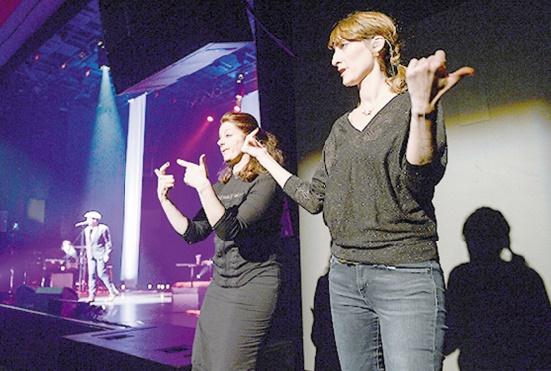 """Grâce au """"chansigne"""", des sourds accèdent au plaisir des concerts"""