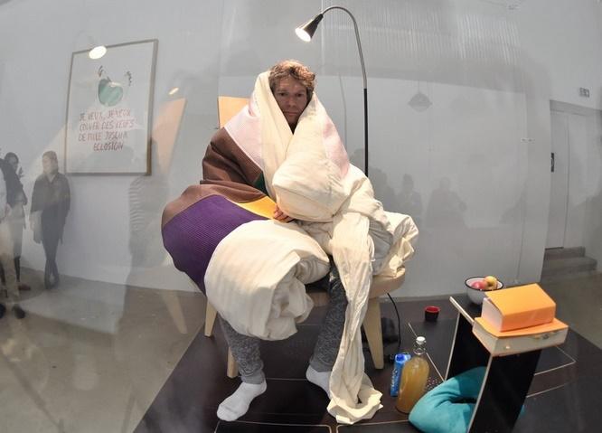 Insolite : Après trois semaines de couvaison, Abraham Poincheval a donné vie à un poussin