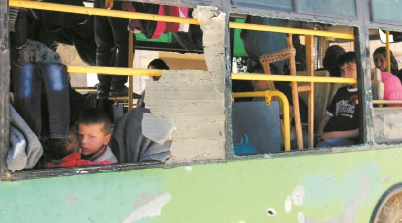Les habitants évacués de villes syriennes  assiégées reprennent la route