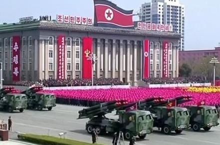 Pyongyang célèbre l'anniversaire  de l'armée par un grand exercice militaire