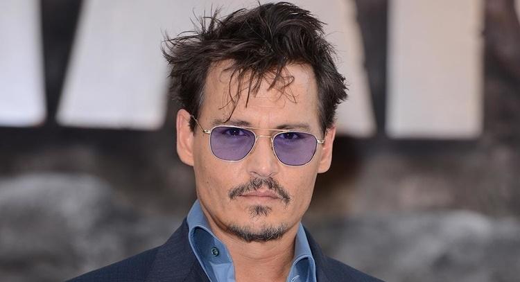 Johnny Depp surprend ses fans à Disneyland